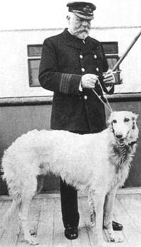 Le capitaine Smith sur le pont du Titanic avec un chien, peut-être le sien.