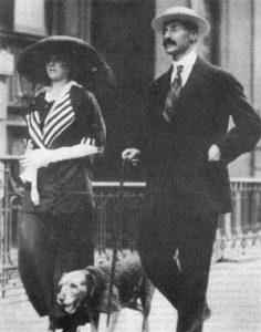 John Jacob Astor IV, son épouse Madeleine et leur chien, Kitty, racontent l'histoire du bateau. John et Kitty n'ont pas survécu.